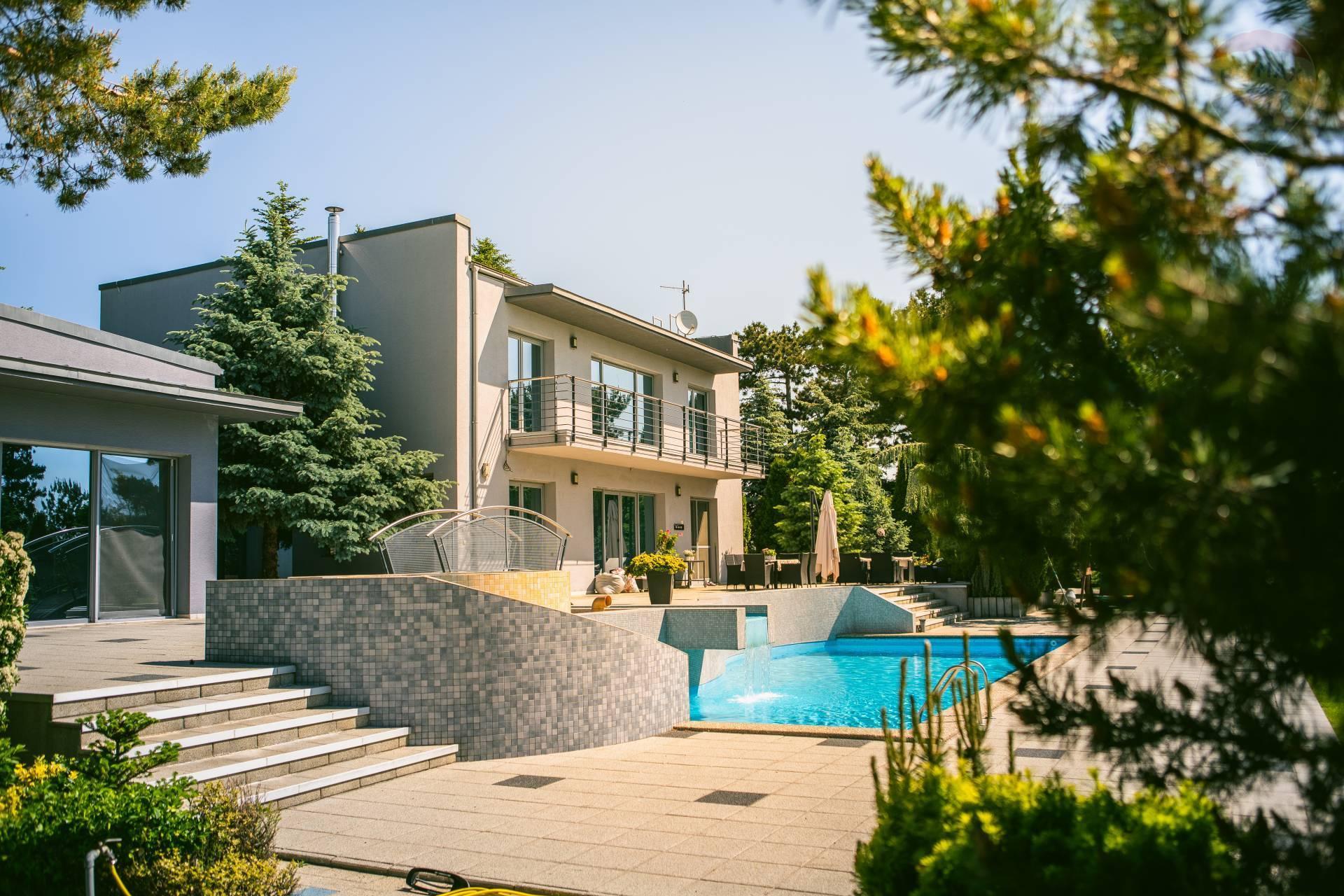 Tehlová 5 izbová vila s veľkorysým pozemkom, vonkajším bazénom, saunou a vírivkou, Senec
