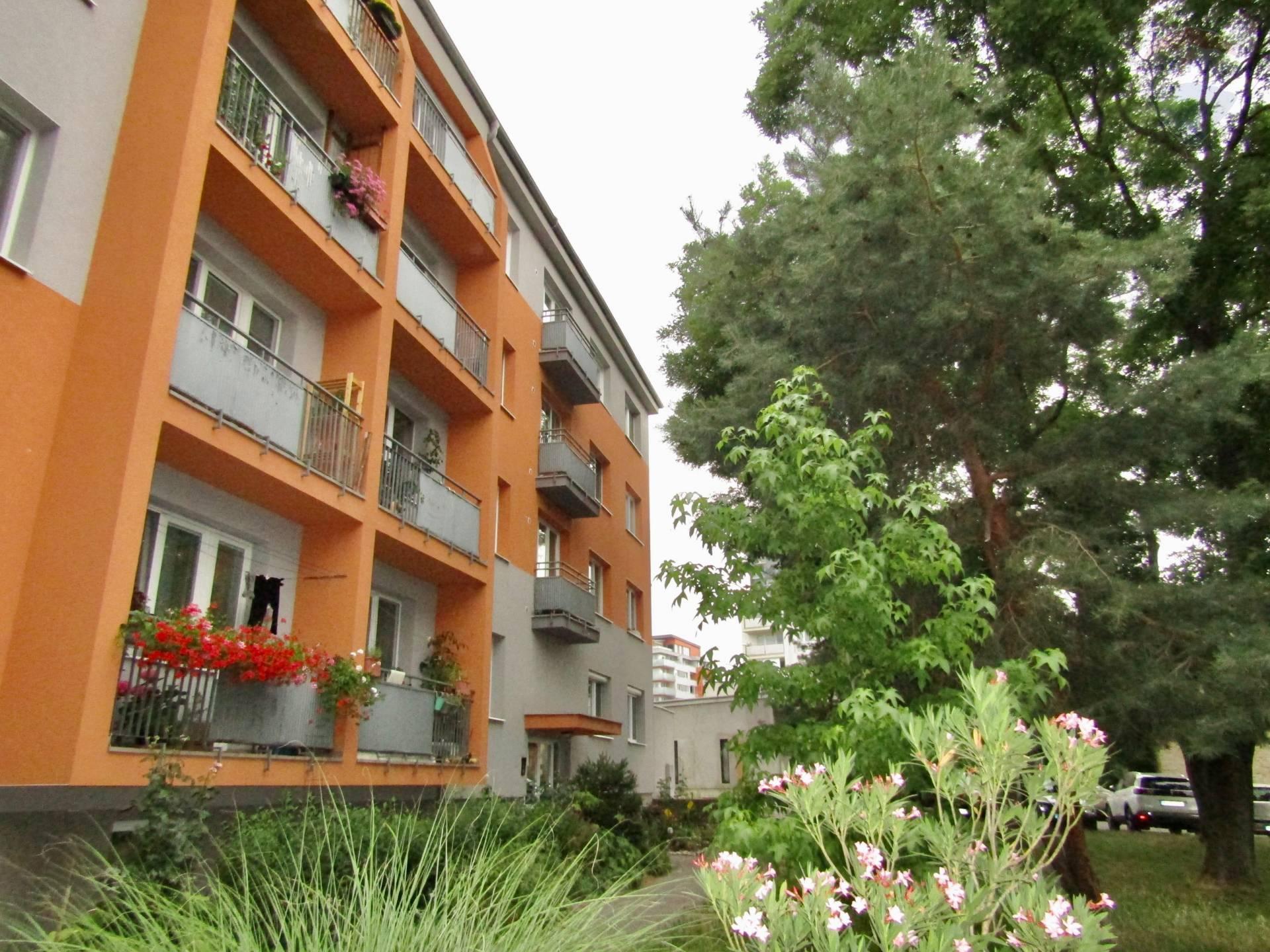 Prenájom – priestranný, zariadený 2i byt s loggiou, balkónom a pivnicou, Rača