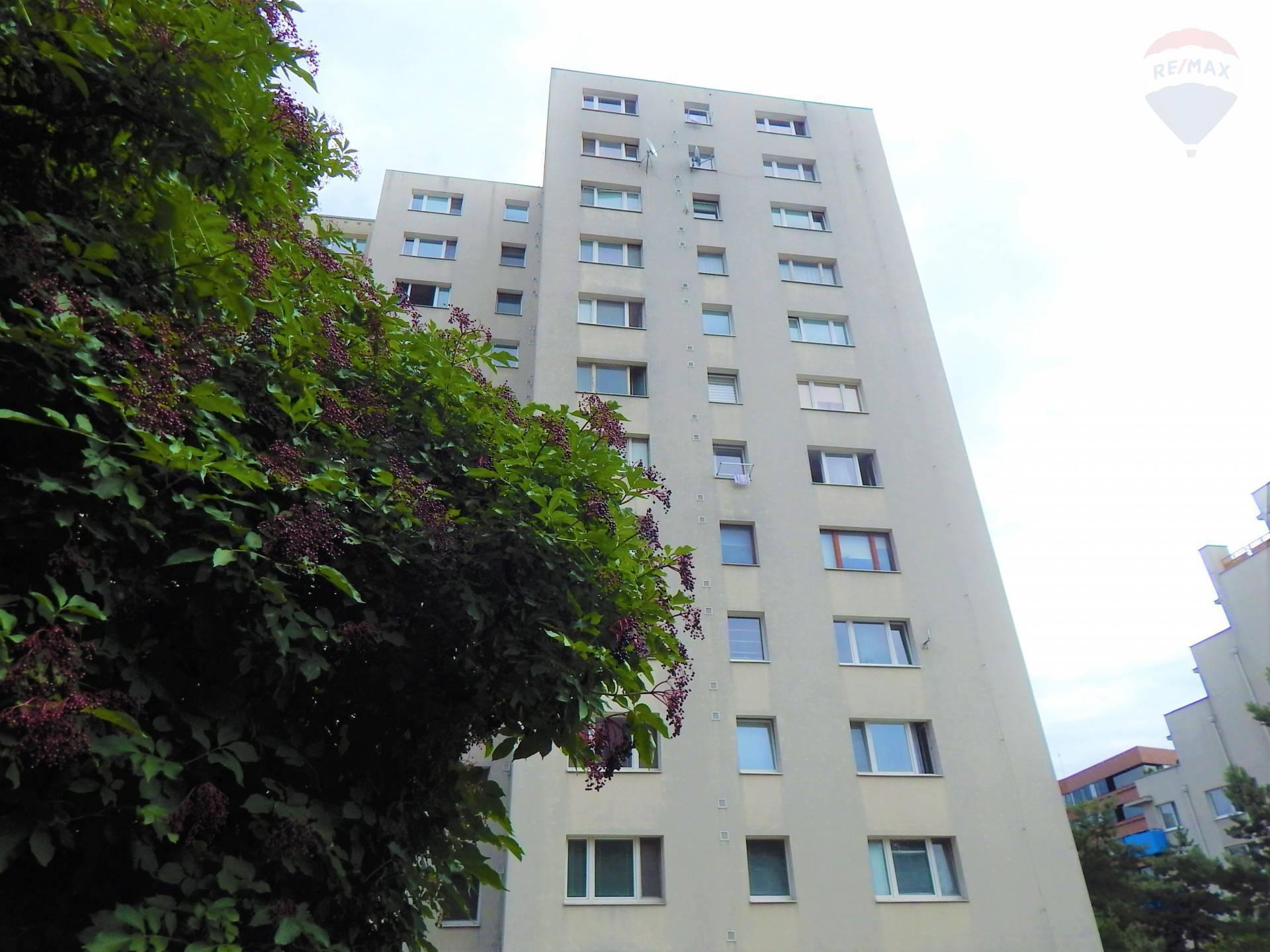 Predaj: 2,5i byt v Dúbravke na Saratovskej ulici v príjemnom, zelenom prostredí