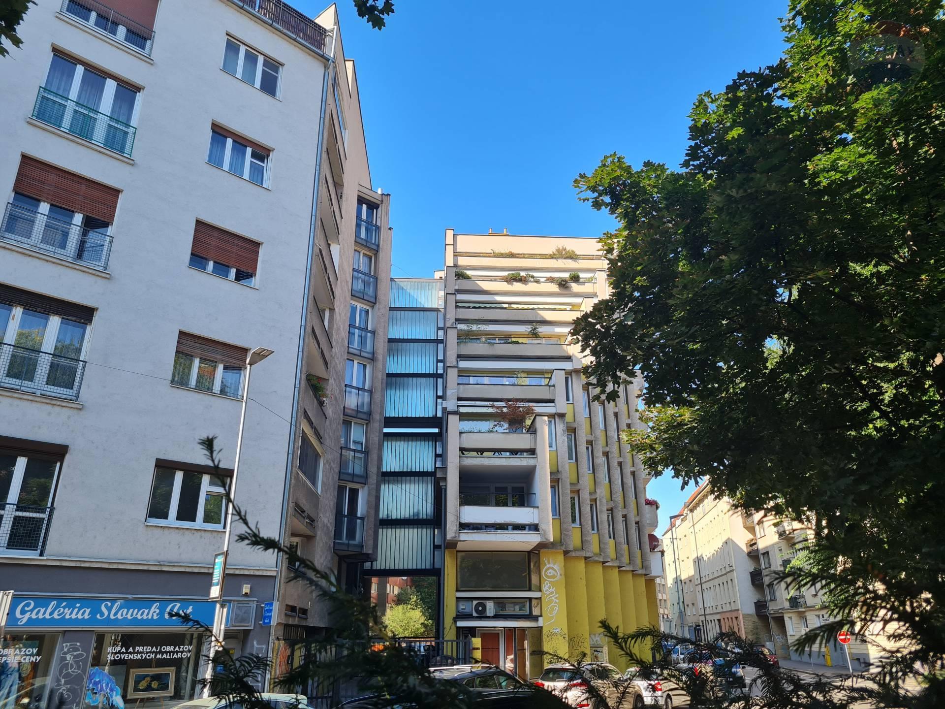 PREDAJ 2-izb. byt s garážou Staré Mesto pôvodný stav