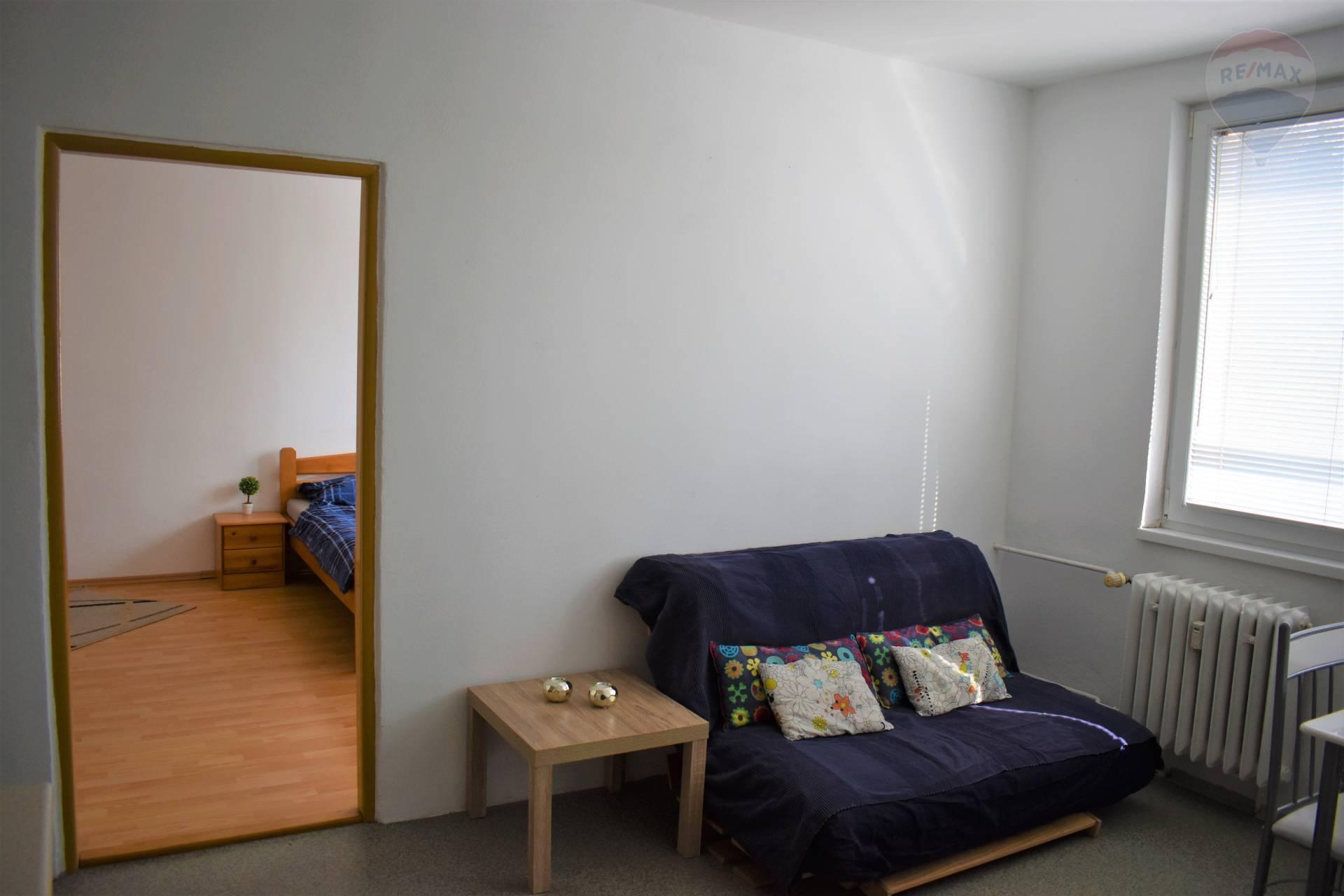Prenájom bytu (1 izbový) 36 m2, Nitra - Pposedenie a prechod do spálne