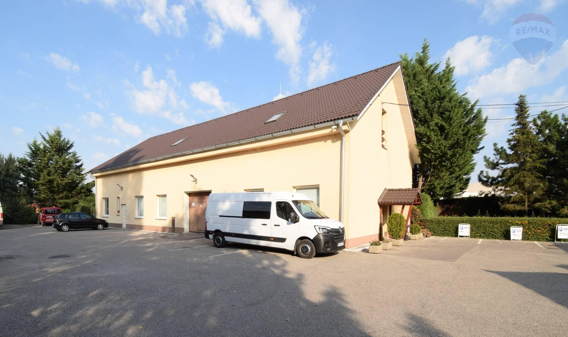 Prenájom priestoru v Nitre 250 m2 + 8x parkovanie.
