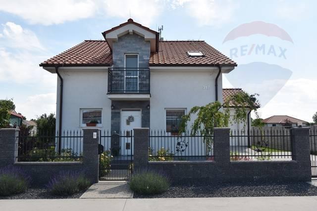Na predaj 5 izbový rodinný dom, garáž, pozemok 806 m2, Macov