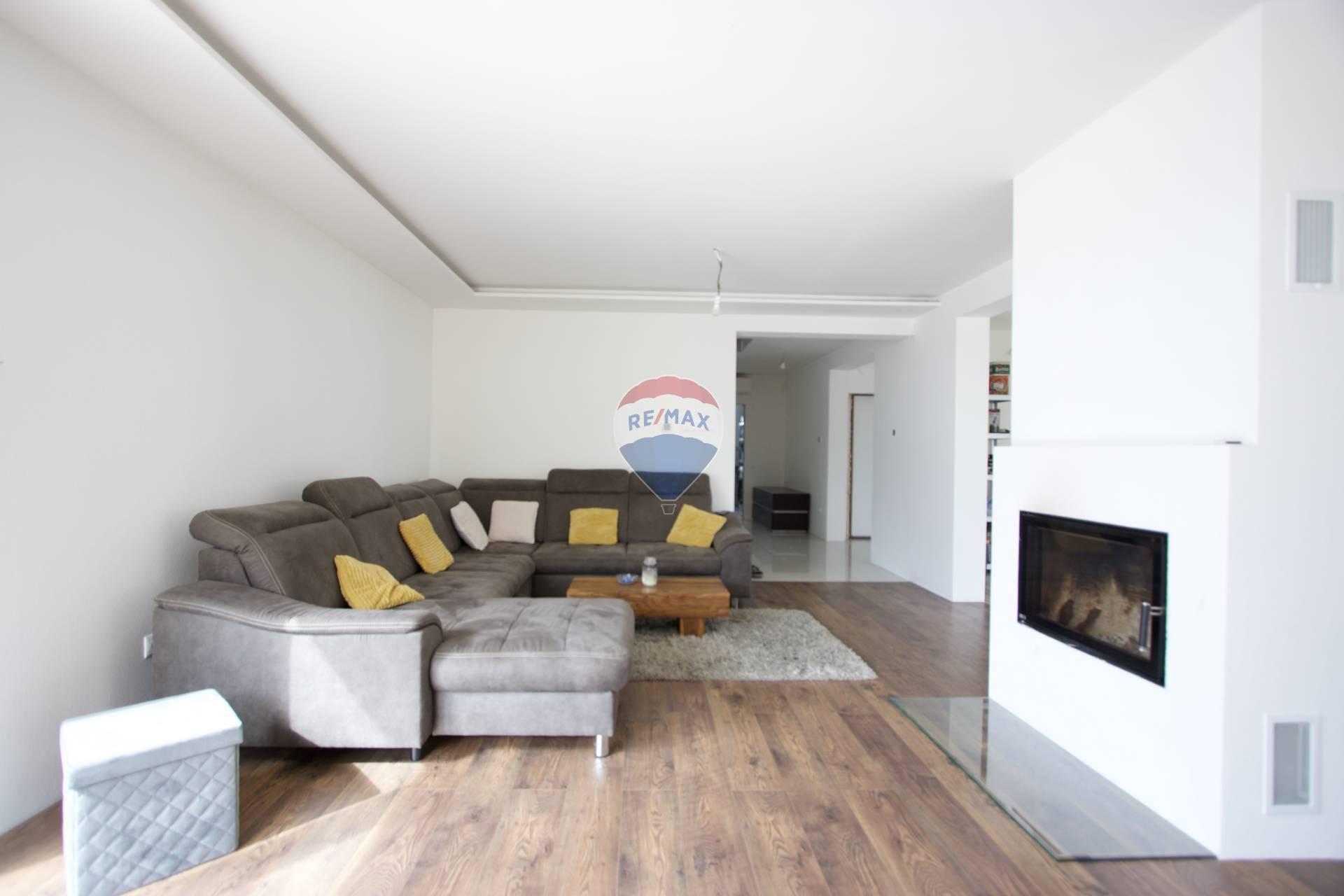 Rozostavaný 6 izbový rodinný dom s dvojgarážou