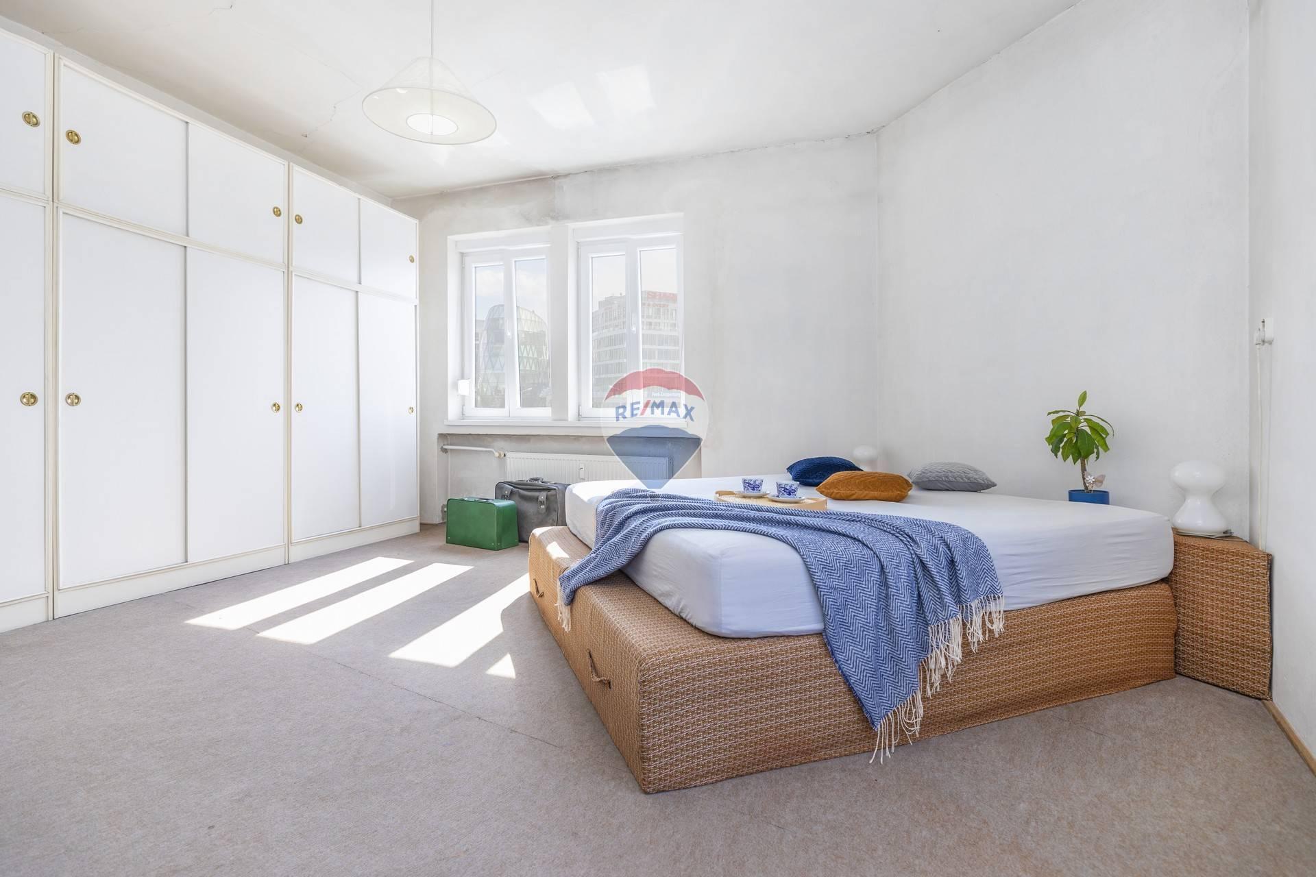 Predaj bytu (4 izbový) 100 m2, Bratislava - Staré Mesto - spálňa, výhľad na Euroveu
