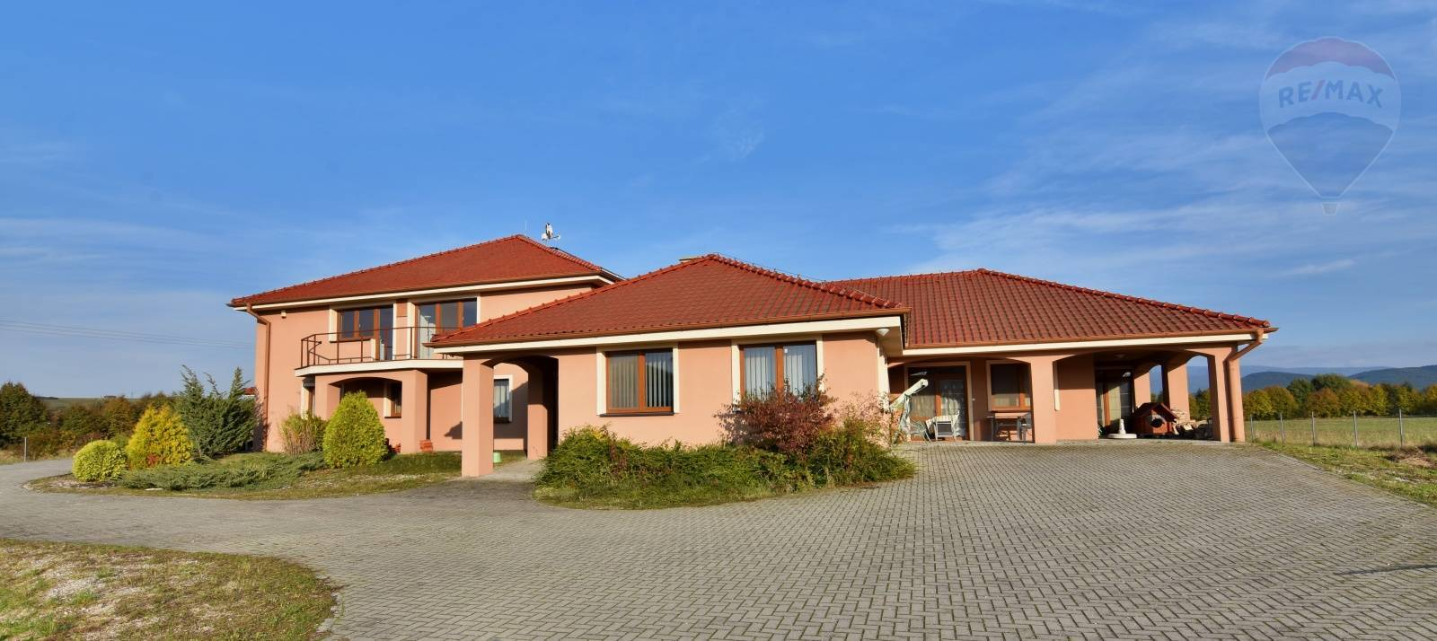 Stavba typu bungalov  9-izieb , pozemok 6063 m2 , garáž, vnútorný bazén