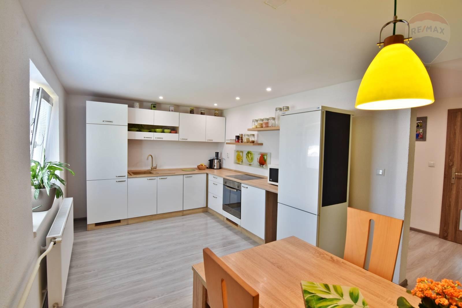 Rodinný dom 5-izbový Mýtna , 150m2 ,GARÁŽ ,letná kuchynka,  pozemok 720m2