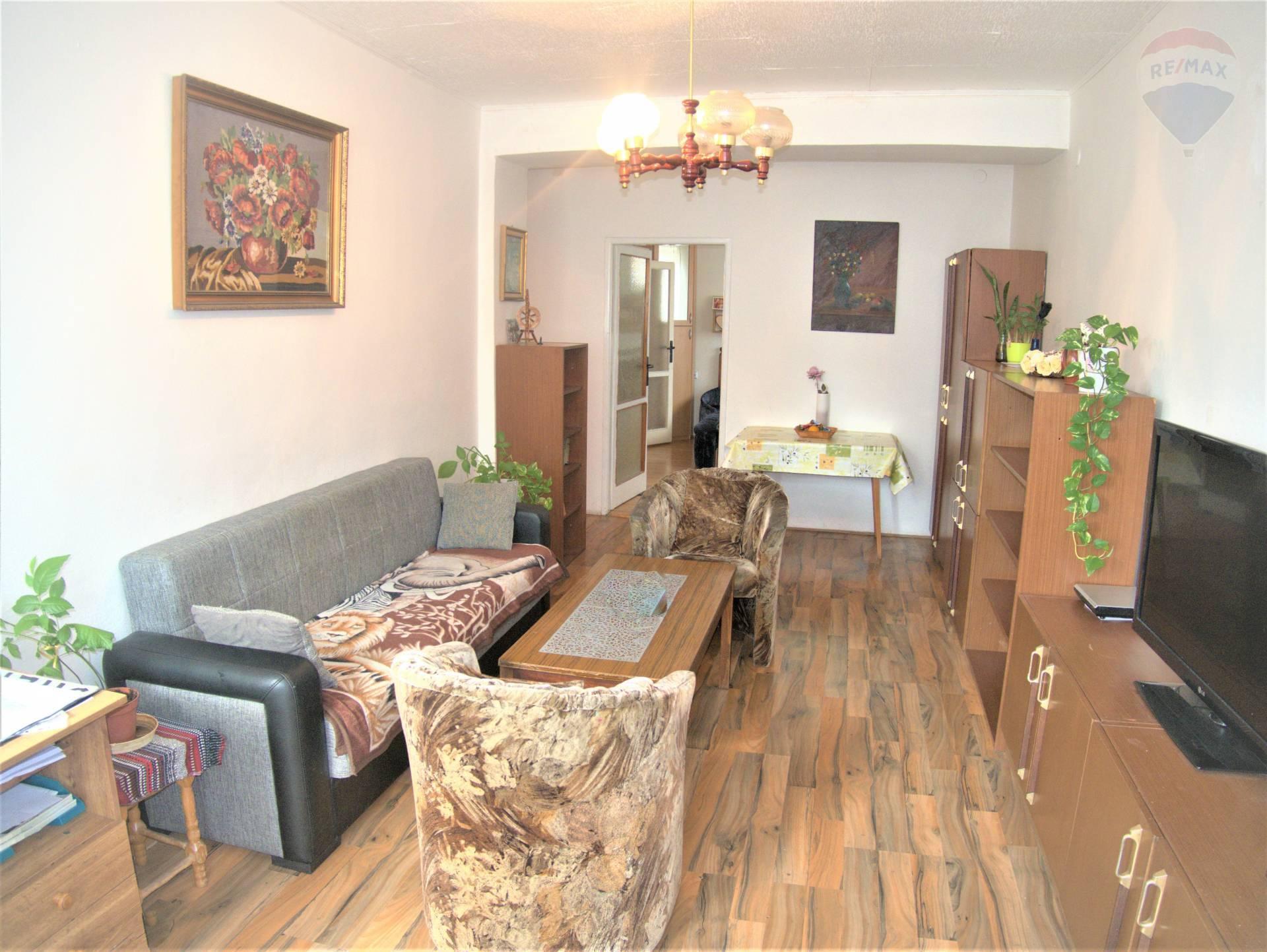 Predaj bytu (3 izbový) 70 m2, Prievidza - Katarína Racíkova 0910 212 992 realitný maklér realitná kancelária RE/MAX, predj 3 izbový byt Prievidza