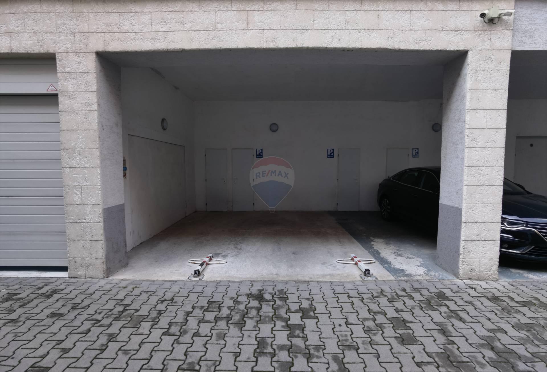 =RE/MAX= Na prenájom 2 garážové miesta v stráženej pasáži, centrum,
