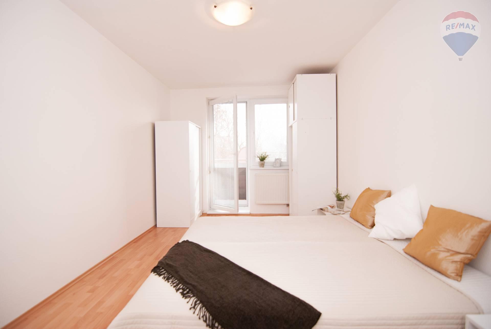 SKVELO RIEŠENÝ 3 izbový byt s dvoma loggiami, šatníkom a komorou