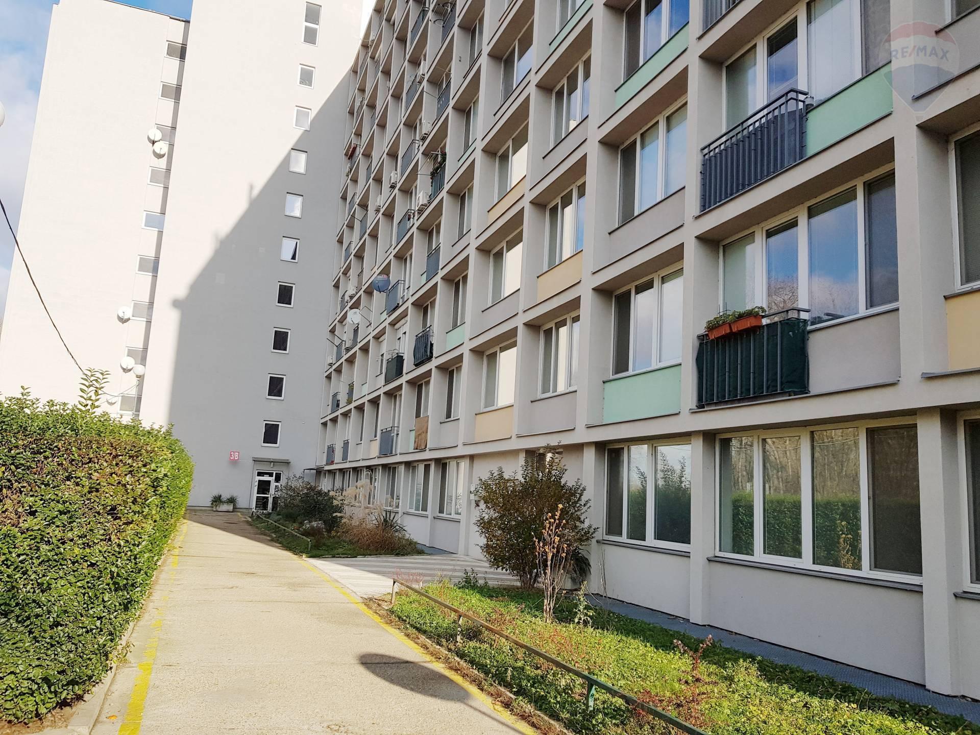Predaj, garsónka (21,25 m2), kompletná rekonštrukcia, francúzsky balkón, zariadená