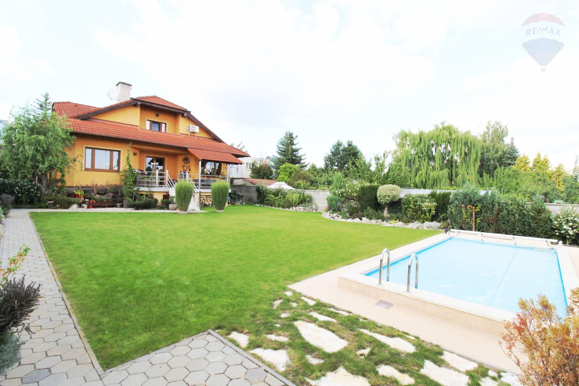 Predaj, 5-izbová rodinná vila (329 m2) s bazénom na veľkom pozemku (1.101 m2) v Rači