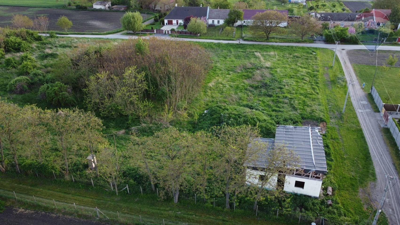 Na predaj pozemok s rozostavanou stavbou Slovenské Pole