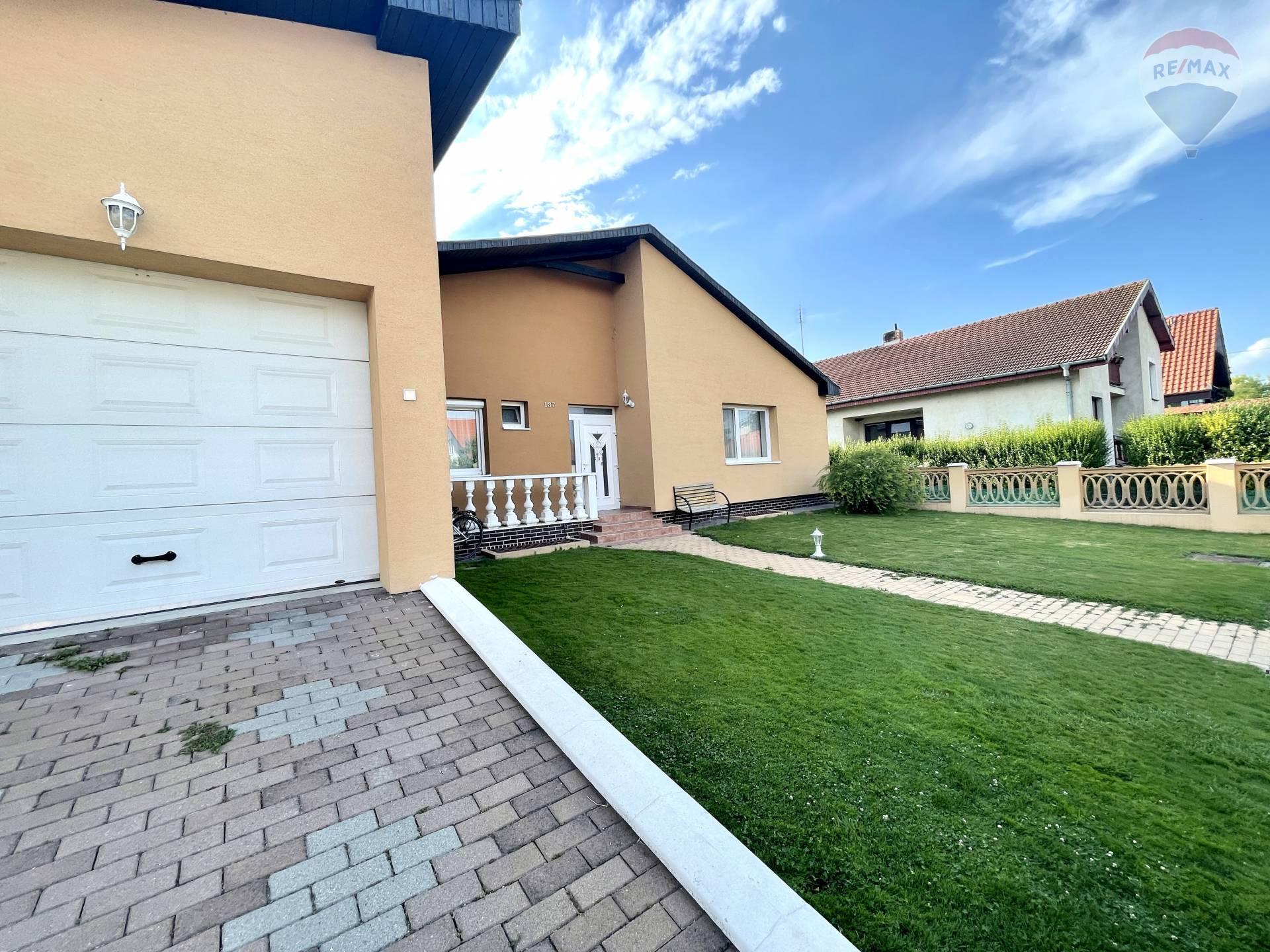 Predaj rodinného domu (297m2)) + 900m2 pozemok
