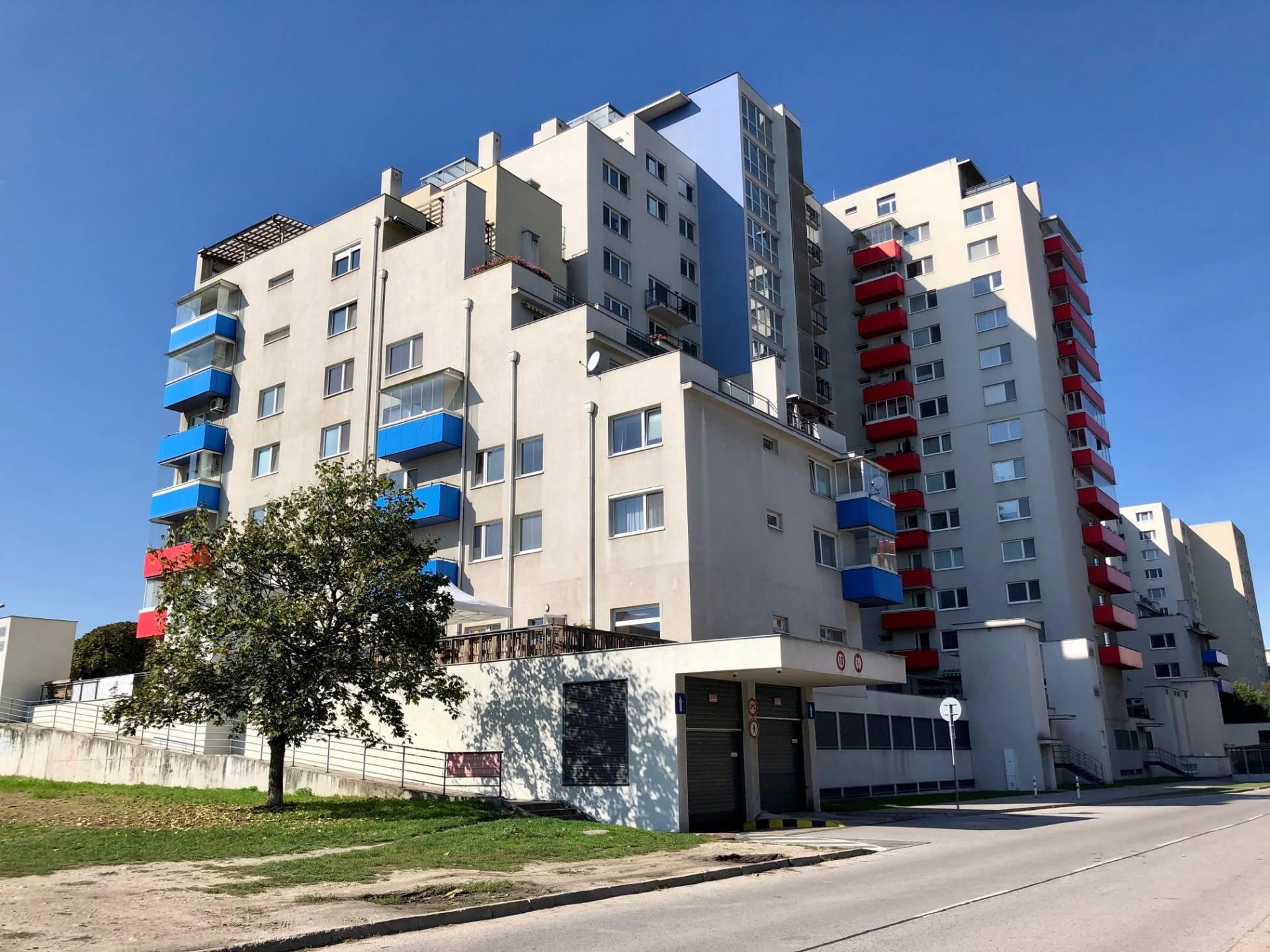 NA PRENÁJOM: Parkovacie státie v bytovom dome Rustica, Dúbravka