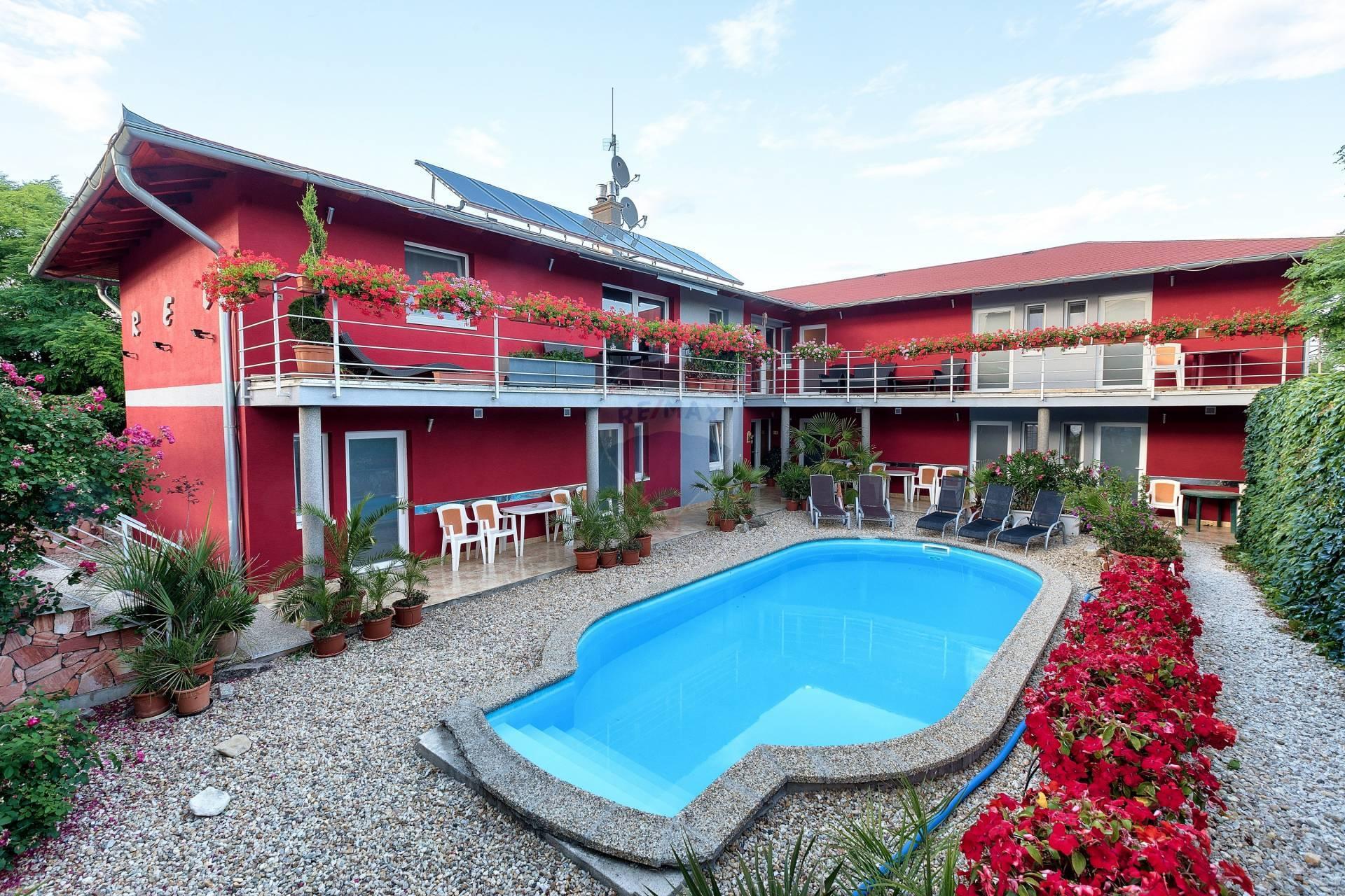 Na predaj Apartmánový dom (12-izieb, 360m2), Podhájska,  okres Nové Zámky, Nitriansky kraj.