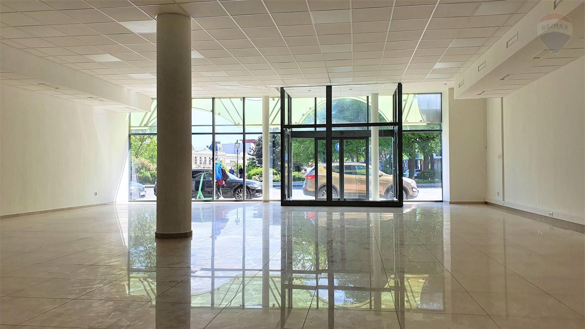 NA PRENÁJOM OBCHODNÝ PRIESTOR S VÝKLADOM NA MOSTNEJ ULICI, 180 m2