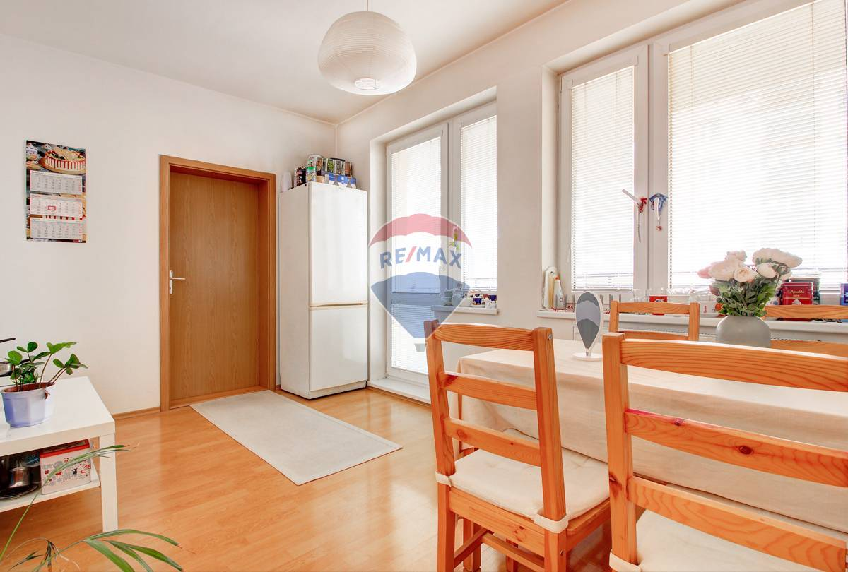 1-izbový veľkometrážny Byt/Atelér, Vyšehradská ulica, Petržalka + Garážové státie