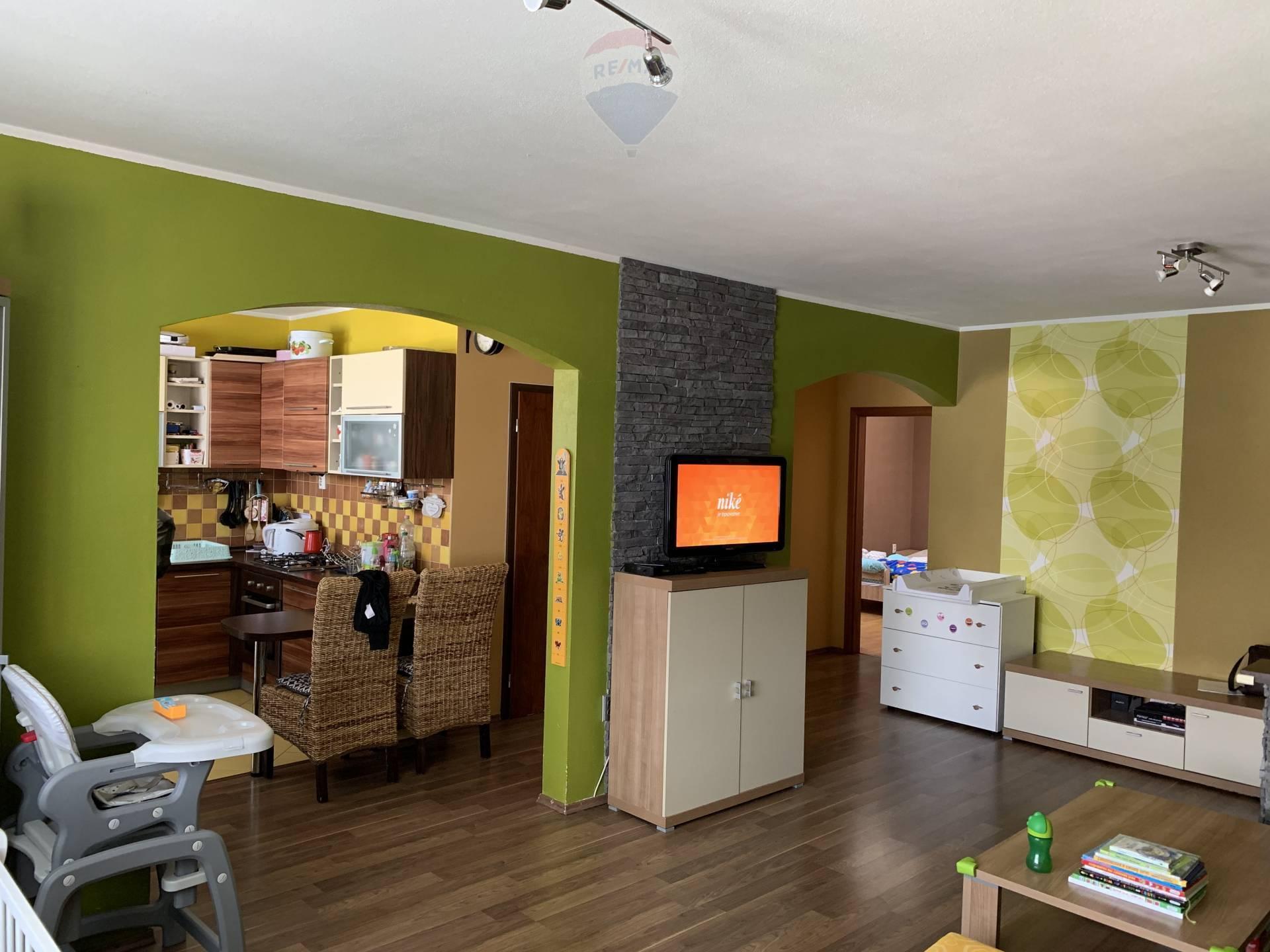PREDAJ: Kompletne  zariadený 2-izbový byt s garážou vo Vrábľoch na sídlisku  Žitava