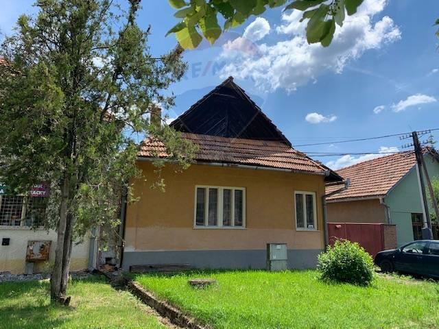 Ponúkame na predaj klasický vidiecky dom na peknom rovinatom pozemku v kráľovskej obci  Bátovce.