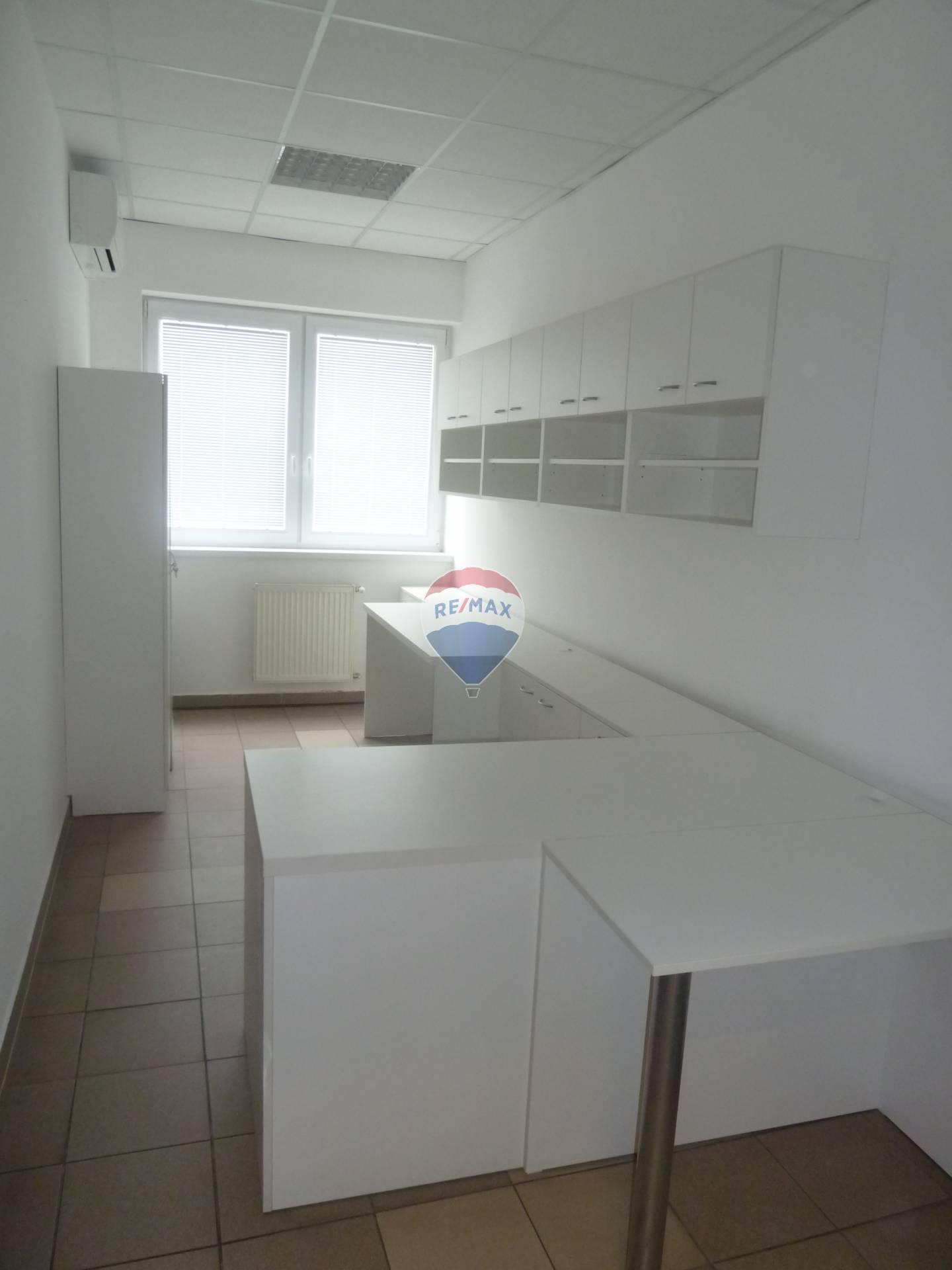 Prenájom komerčného priestoru 10 m2, Bánovce nad Bebravou - prenájom klimatizovaného kancelárskeho priestoru