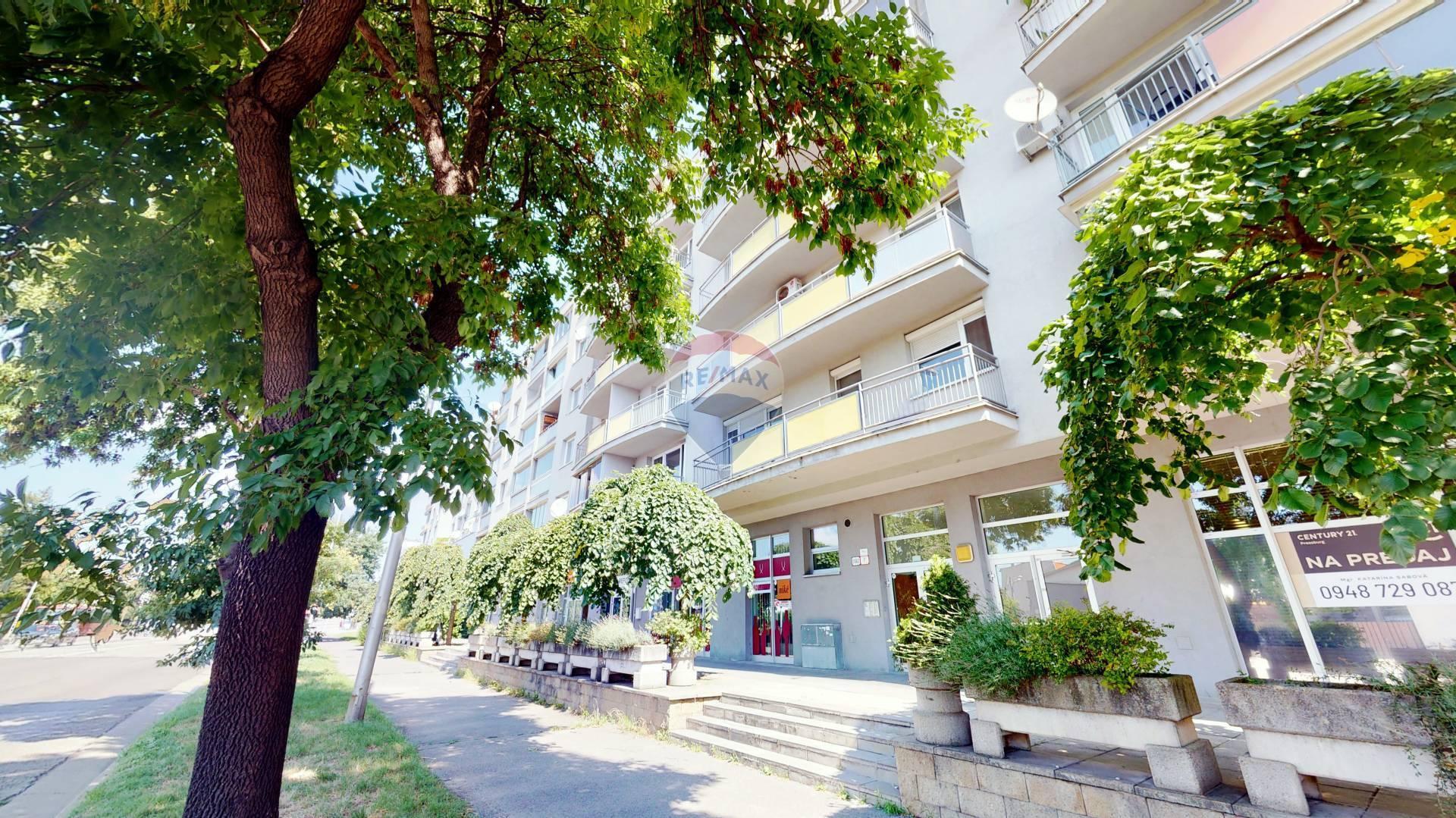 Predaj bytu (4 izbový) 107 m2, Bratislava - Petržalka -